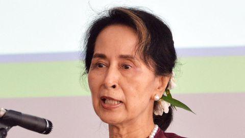 Eine asiatisch aussehender Frau mit zurückgebundenen, schulterlangen Haaren spricht in ein Mikrofon