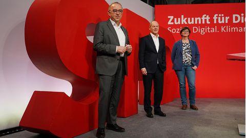 SPD-Chefs Norbert Walter-Borjans und Saskia Esken mit Spitzenkandidat Olaf Scholz