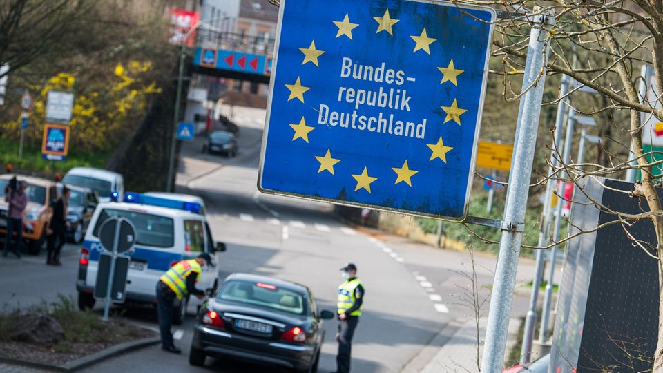 Saarland, Großrosseln: Beamte der Bundespolizei kontrollieren ein französisches Fahrzeug