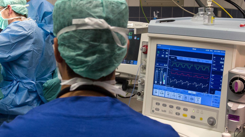 Ein Mann vor einem Monitor in einem Operationssaal