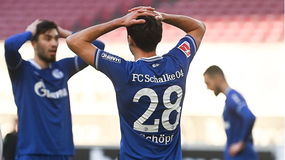 Schalkes Mittelfeldspieler Alessandro Schöpf (vorne) schlägt die Hände über dem Kopf zusammen
