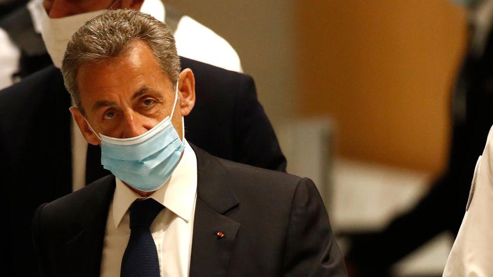 Frankreich, Paris: Nicolas Sarkozy, ehemaliger Präsident von Frankreich, trifft im Gerichtssaal ein