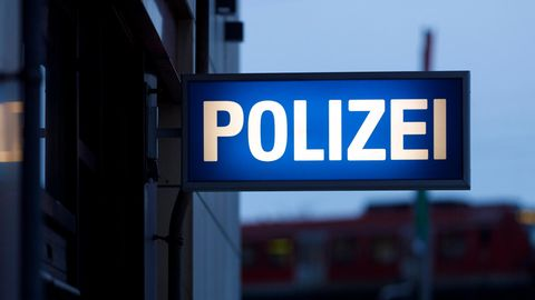 Schild an einer Polizeiwache als Symbolfoto für Nachrichten aus Deutschland