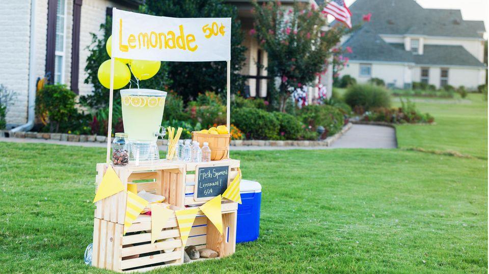 Ein Limonadenstand in einem amerikanischen Vorgarten