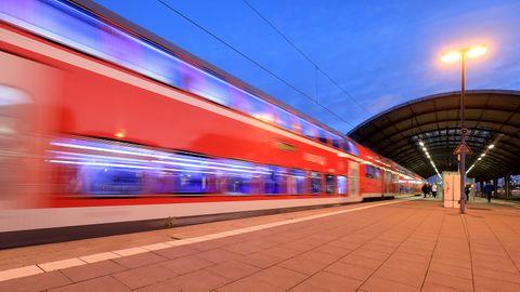 Regionalbahn fährt in einen Bahnhof ein.