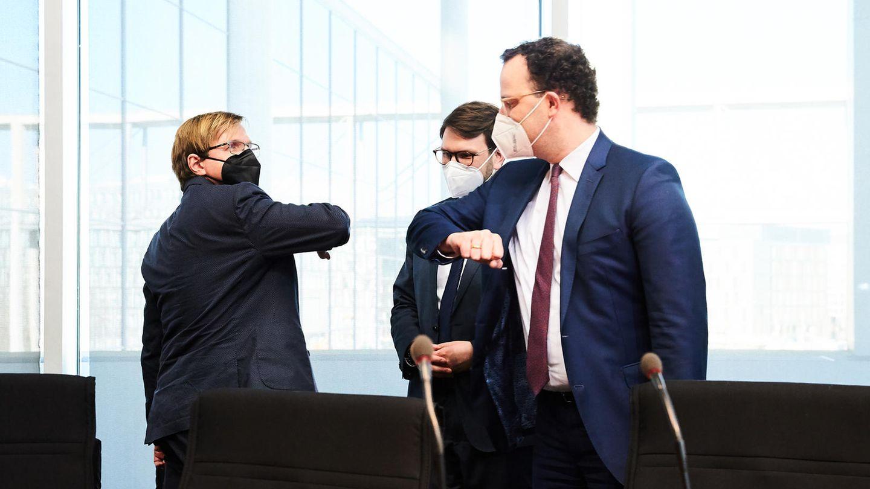 Pflege-Petition im Bundestag: Bernhard Albrecht und Jens Spahn begrüßen sich