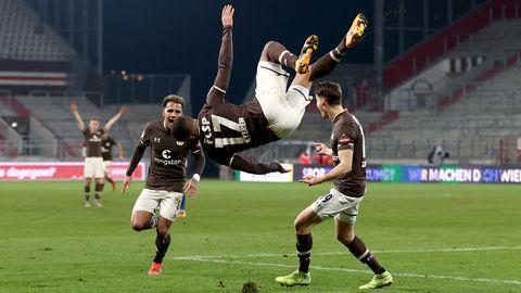 Daniel-Kofi Kyereh (M. oben) von FC St. Pauli jubelt nach seinem Treffer zum 1:0