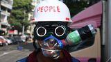 Yangon. Myanmar. Dieser geschickt improvisierte Gesichtschutz hat ausnahmsweise einmal nichts mit Corona zu tun. Ein Demonstrant trägt ihn, um sich gegen Tränengas zu schützen. Die Militärjunta setzt es wegen des nicht enden wollenden Protest gegen ihren Putsch vor wenigen Wochen ein.