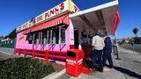 Los Angeles, USA. Pink's legendäre Hotdog-Bude ist wieder im Geschäft. DerImbiss in der Nähe der Melrose Avenue existiert seit 1939 und war die letzten zwei Monate wegen Corona geschlossen.
