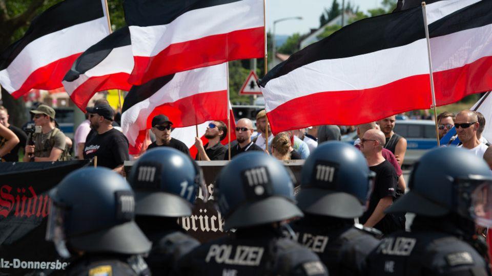 Polizisten bewachen rechtsextreme Demonstration.