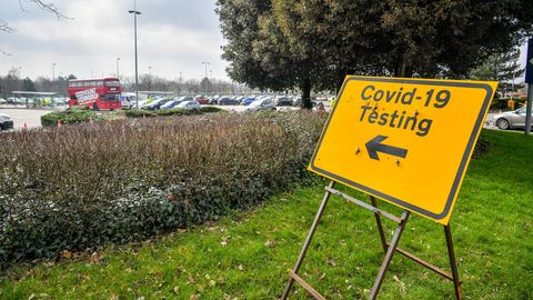 """Schild """"Covid-19-Testing"""" vor einem Testzentrum"""