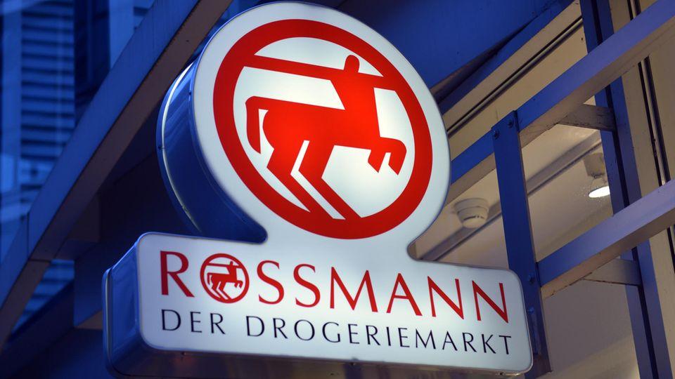 Ein Schild der Drogeriemarke Rossmann