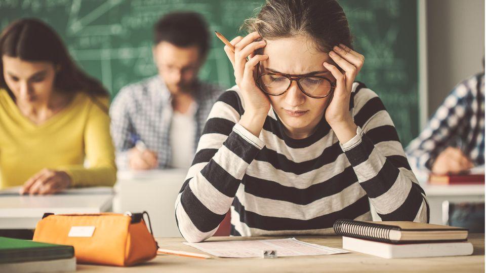 Schülerin blickt traurig nach unten