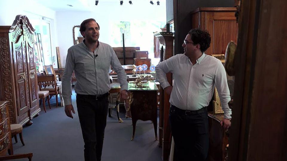 Julian Schmitz-Avila und sein Bruder Lennart stehen in ihrem Laden in Bad Breisig