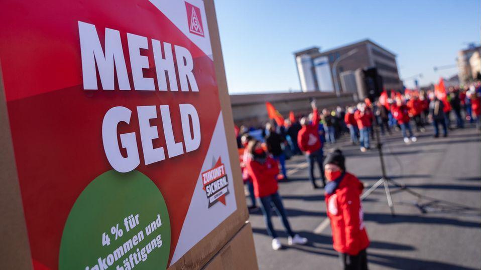 """Auf einem Plakat der IG Metall steht während eines Streiks der Schriftzug """"Mehr Geld"""""""