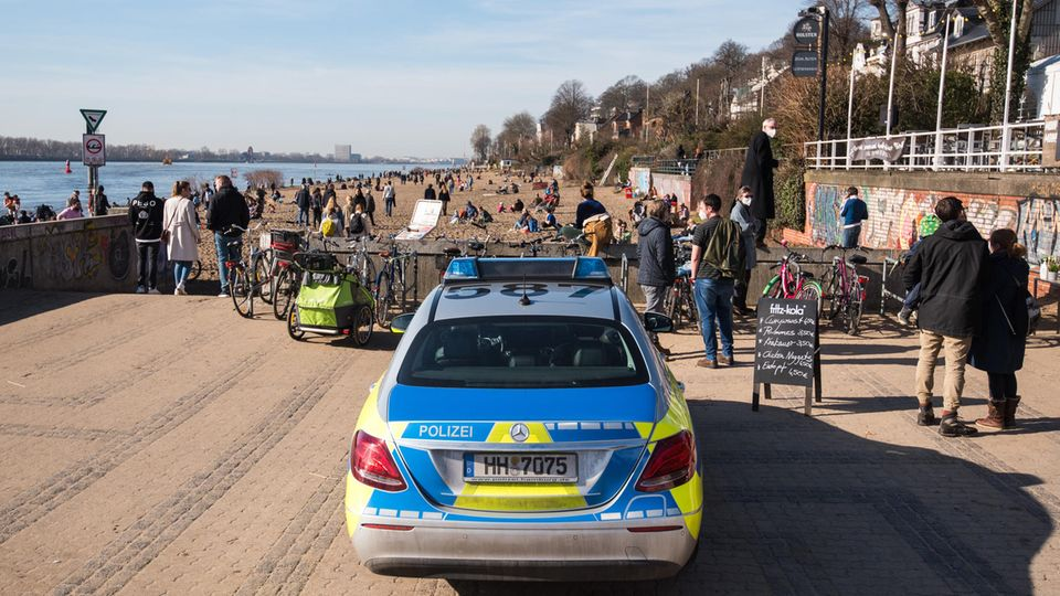 Ein Streifenwagen der Polizei parkt am Zugang zum Elbstrand Övelgönne in Hamburg