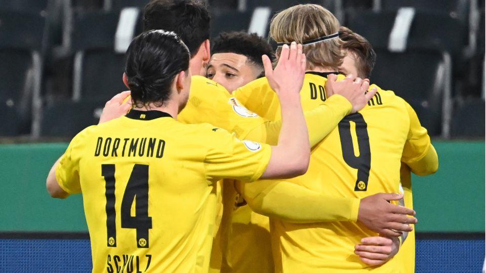 Gelbe Gruppenumarmung: Dortmunds Jadon Sancho (M.) bejubelt mit seinen Teamkollegen das wichtige Tor zum 0:1