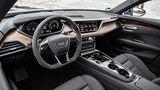 Das sportliche Audi-Cockpit spielt bewusst nicht die luftige E-Mobilitätskarte