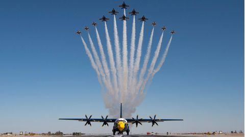 Ein Demonstrationsflug von sechs F16- und sechs F/18-Jets der US-Luftwaffe
