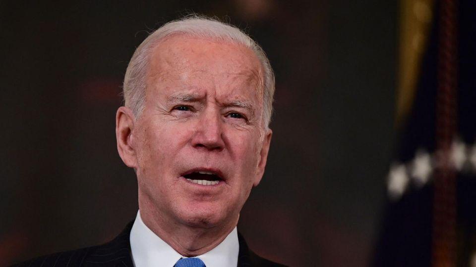 In Anzug und Krawatte steht Joe Biden - ein älterer weißer Mann mit dünnem weißen Seitenscheitel - am Rednerpult und spricht