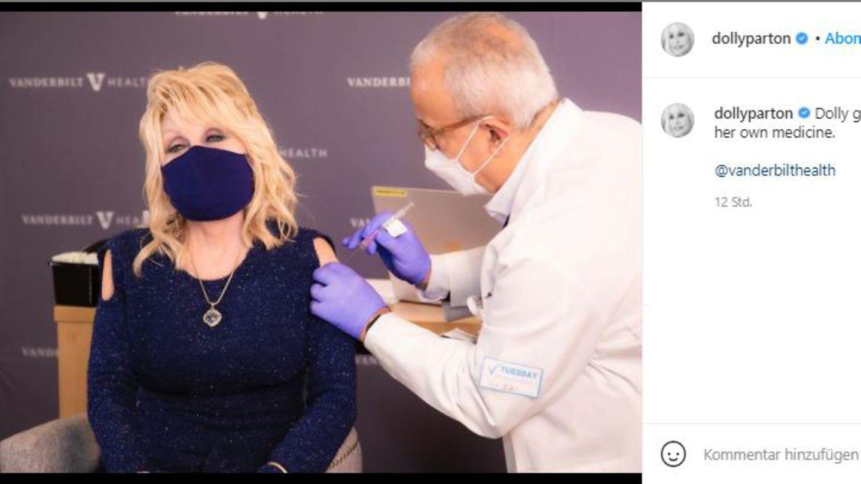"""Vip-News: Dolly Parton lässt sich impfen und nennt Impfgegner """"Feiglinge"""""""