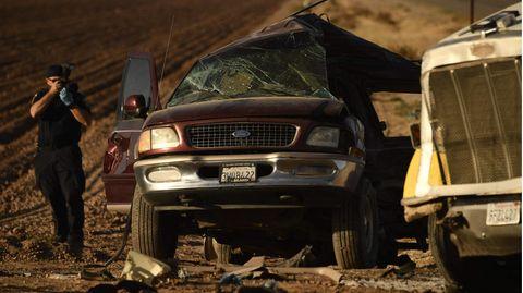 Ein zerbeulter weißer LKW steht neben einem schwer beschädigten rotbraunen Ford SUV