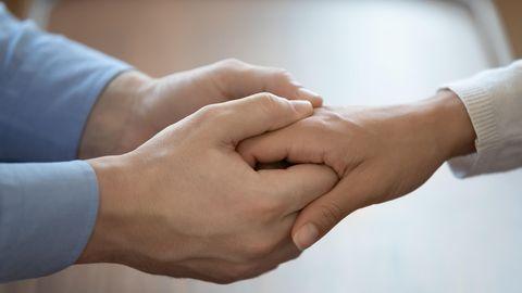 Hände halten sich fest