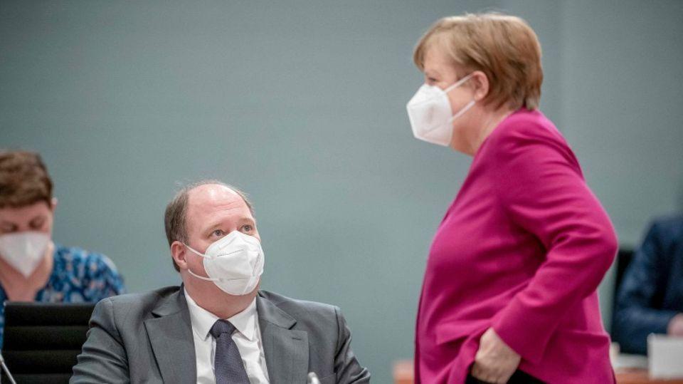 Kanzlerin Angela Merkel (r.) und ihr Kanzleramtschef Helge Braun (l.)