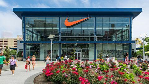 Eine Führungskraft bei Nike hat nach 25 Jahren das Unternehmen verlassen, nachdem die Geschäfte ihres Sohns öffentlich wurden