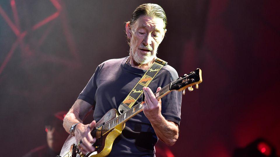 Musiker Chris Rea spielt Gitarre bei einer Show in Prag im Jahr 2017