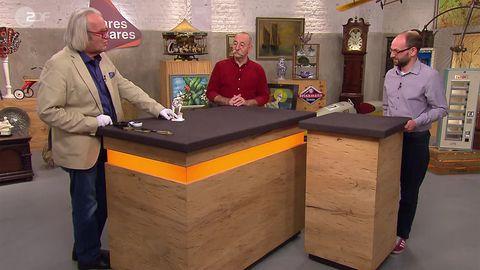 Experte Albert Maier, Moderator Horst Lichter und Verkäufer Thomas Franz stehen im Bares für Rares Studio in Pulheim