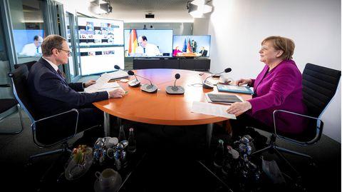 Bundeskanzlerin Angela Merkel (CDU) und Berlins Bürgermeister Michael Müller (SPD) gemeinsam während des Bund-Länder-Gipfels