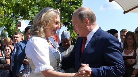 Österreich, Gamlitz: Karin Kneissl (FPÖ), damalige Außenministerin von Österreich, tanzt mit Wladimir Putin