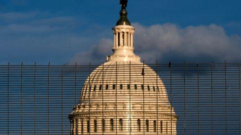 USA, Washington: Ein Abschnitt eines Zauns, der das Gelände des US-Kapitols sichert, ist bei Sonnenuntergang zu sehen