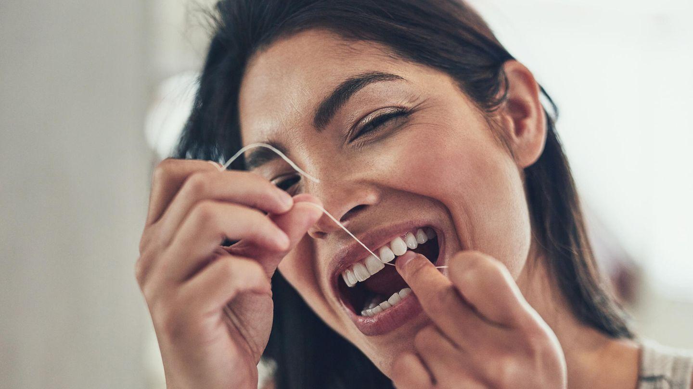 Beim Zähneputzen sollten Siealle Zahnflächen reinigen: Vorder- und Rückseiten sowie Kauflächen und Zahnzwischenräume. Auch die Zunge sollte gereinigt werden, da sich auch hier viele Bakterien befinden. Hierfür können Sie entweder auch die Zahnbürste oder speziell dafür vorgesehene Zungenreiniger (-schaber) benutzen.