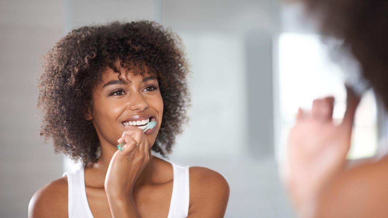 Zum Zähneputzen empfiehlt sich die so genannteRüttel- oder Vibrationstechnik: Sie setzen dabei die Bürste in einem Winkel von etwa 45 Grad am Zahnfleischsaum an, sodass die Spitzen der Borsten in den Zahnzwischenraum eindringen. Wenn sie nun mit der Bürste leicht rütteln, spüren Sie das am Zahnfleisch und in den Zahnzwischenräumen. Die Spitzen der Borsten bleiben dabei fest stehen. Wischen Sie die gelösten Beläge von rot (Zahnfleisch) nach Weiß (Zähne) aus.