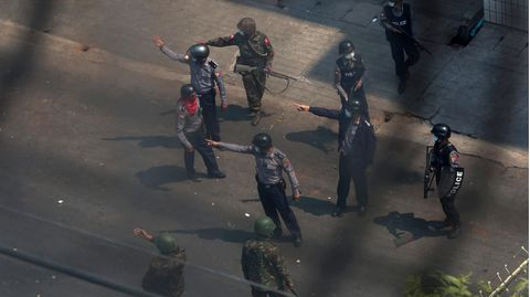 Ein ranghoher Polizist (M.), kommandiert Polizisten und Soldaten, die sich Anti-Putsch-Demonstranten nähern