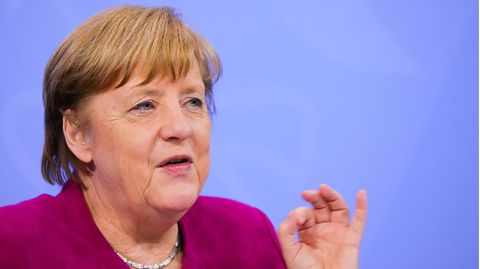 Angela Merkel spricht und gestikuliert