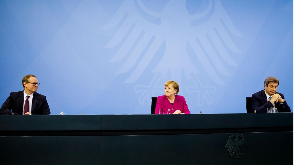 Bundeskanzlerin Angela Merkel (M., CDU) nach den Bund-Länder-Beratungen zur Coronalage in Deutschland