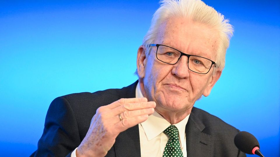 Winfried Kretschmann spricht und gestikuliert