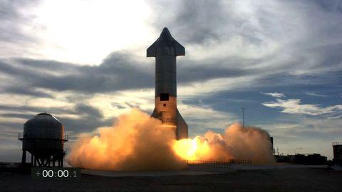 """Ein Screenshot aus dem Video des Testflugs in Texas, kurz bevor die Rakete """"Starship SN10"""" abhebt"""