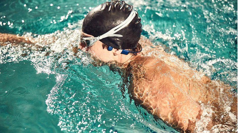 Wasserdichte Kopfhörer: Schwimmer mit Kopfhörern im Becken