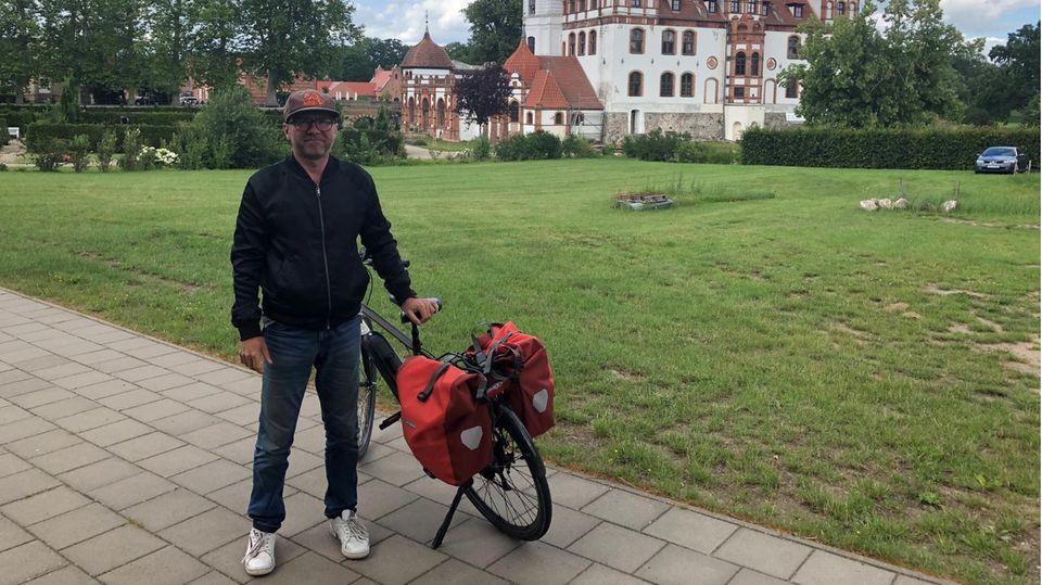 Dirk Engelhardt bloggt unter www.dergutereisende.com . Auf seinen Reisen vermeidet er Flugzeuge, Autos und Kreuzfahrtschiffe.
