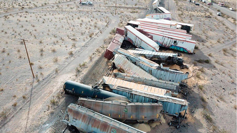 Ein entgleister Güterzug in der südkalifornischen Wüste