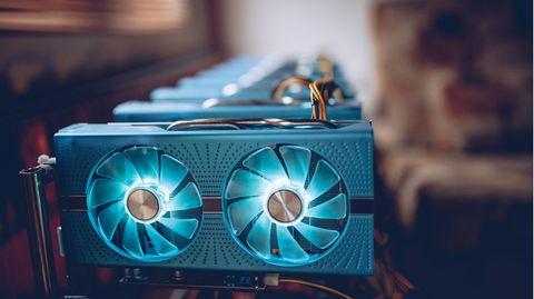Nvidia RTX 3000: Mehrere Grafikkarten sind an einem Mining-Rig aufgereiht.