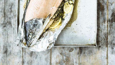 Ein ganzer Fisch, ein großer Genuss: An Festtagen wird der Lachs am Stück gegart – mit Kopf! Wolgang Schardt, Maria Grossmann (Styling), Roland Geiselmann (F