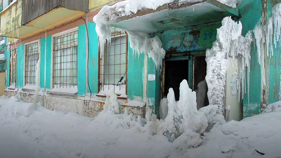 Geisterstadt: Verlassenes Haus in Russland wird zur Eishöhle