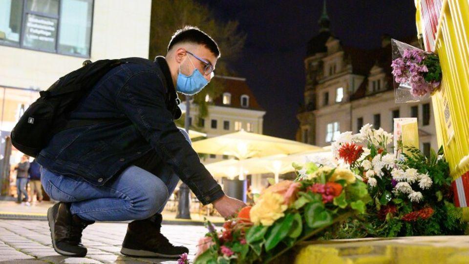 Faysal Alaiajy aus Syrien legt unweit des Residenzschlosses vor einem Bauzaun an der Schlossstraße Blumen nieder. Am Abend des 4. Oktober 2020 wurde nahe des Schlosses ein 55-Jähriger aus Krefeld bei einer Messerattacke verletzt und starb später im Krankenhaus.