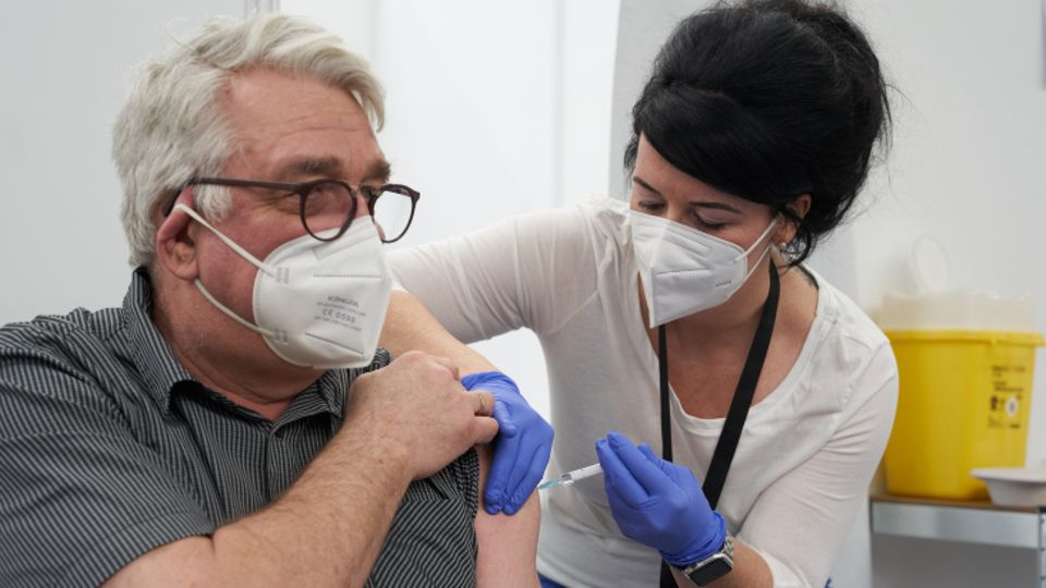 Ein Mann erhält als einer der ersten Rheinland-Pfälzer im Landesimpfzentrum in Polch eine Corona-Schutzimpfung mit dem Impfstoff von AstraZeneca