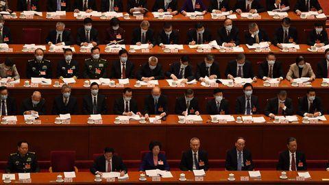 Peking, China. Zumindest nach außen verfolgen die Delegierten während der Eröffnungssitzung des Nationalen Volkskongresses die Rede des MinisterpräsidentenLi Keqiang. Rund 3000 Delegierte legen eine Woche lang die politischen und wirtschaftlichen Ziele der Volksrepublik fest.Die Abgeordneten entscheiden dabei fast immer einstimmig und segnen die Entscheidungen des Regimes lediglich ab.DerVolkskongress gilt als Scheinparlament.